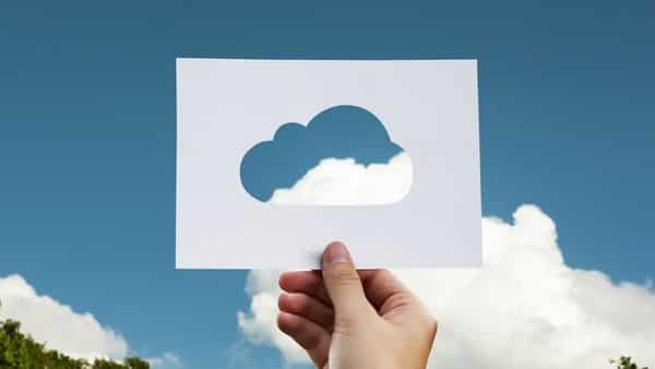 In the financial services sector, the hybrid cloud model use reached 21% in 2018, outpacing other sectors in the adoption of this service (Pixabay)