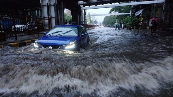 Heavy rains continue in Mumbai: Streets waterlogged