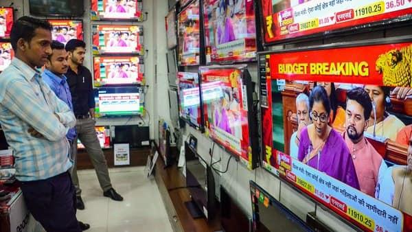 People watch Finance Minister Nirmala Sitharaman tabling Union Budget 2019-20, at Vashi in Navi Mumbai (Photo: PTI)