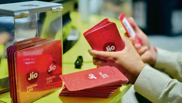 Big win for Jio, panel upholds ₹3050 crore penalty on Airtel, Vodafone Idea - Livemint thumbnail