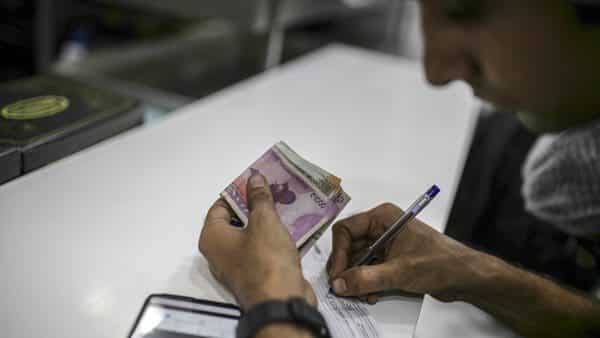 RBI levies a minimum charge on banks for NEFT- and RTGS-based transactions and banks thereafter pass on the charges to customers. (Photo: Bloomberg )