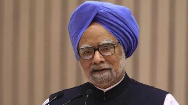 Former PM Manmohan Singh said the low inflation rate the Modi govt likes to showcase comes at the cost of farmers and their incomes, by inflicting misery on over 50% of India's population (Photo: Bloomberg)