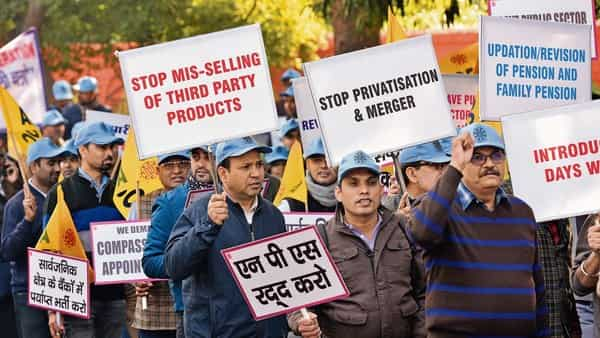 A file photo of bankers' protest in February. The trade unions have criticized the government's decision leading the United Forum of Bank Unions, the umbrella body of these unions, to call for the meeting in New Delhi. HT