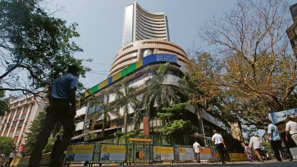 Small finance banks with a net worth of over  ₹500 crore were mandated by RBI to list within three years of launching operations and that deadline is approaching for many of the 10 SFBs that won approvals in Sep 2015. (Photo: Mint)