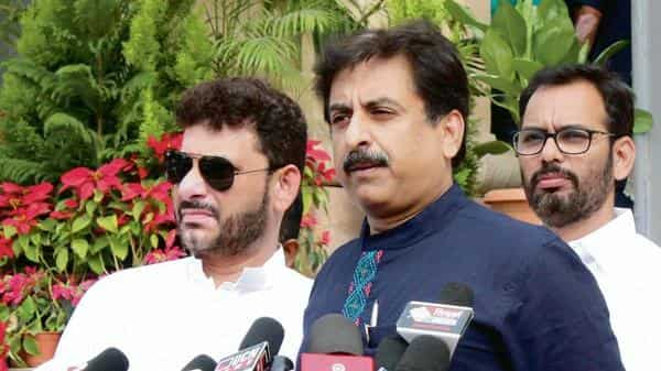 AIMIM MP from Aurangabad Imtiyaz Jaleel (centre) said that the party has received over 400 applications from every constituency in Maharashtra.  (Photo: HT)