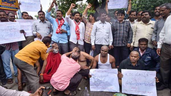 Agitating Telangana State Road Transport Corporation (TSRTC) get their heads tonsured during their ongoing strike, in <a class='inner-topic-link' href='/search/topic?searchType=search&searchTerm=HYDERABAD' target='_blank' title='hyderabad-గురించి లేటెస్ట్ అప్డేట్స్, ఫోటోలు, వీడియోల కొరకు వెంటనే క్లిక్ చేయండి. '></div>hyderabad</a> (Photo: PTI)