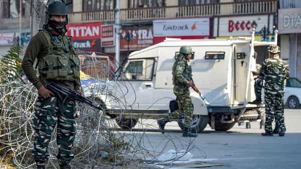 Security personnel stand guard during a shutdown in Srinagar (Photo: PTI)