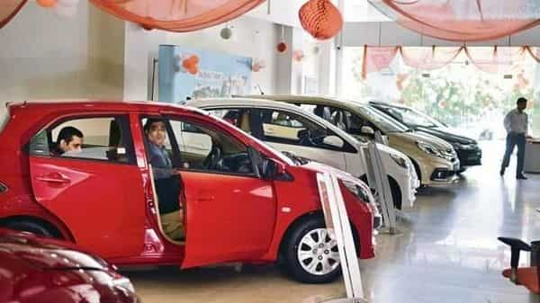 Passenger vehicle sales turn positive after a year, CVs continue to slump in Oct
