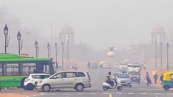 Odd-Even scheme: The air pollution levels in Delhi and its adjoining areas remained in the 'severe' category for the third consecutive day. (Hindustan Times)