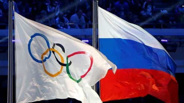 The Russian national flag (R) and the Olympic flag are seen during the closing ceremony for the 2014 Sochi Winter Olympics, Russia (File photo: Reuters)