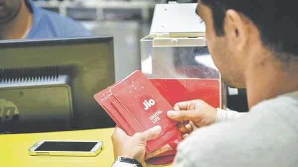 Jio launches new ₹2020 annual recharge plan: Data, validity, talktime offers - Livemint thumbnail