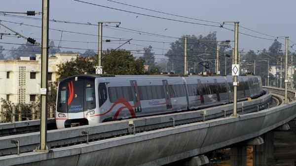 Delhi Metro provides free Wi-Fi facility on Airport Express Line. Photo: HT