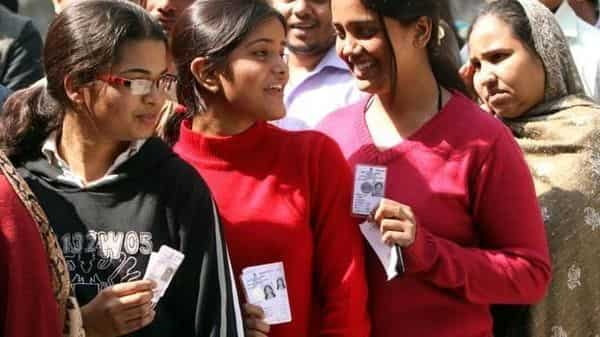 Election Commission has proposed to use Artificial Intelligence tools to predict the length of queue in polling stations through the Voter Helpline Mobile app. (HT)