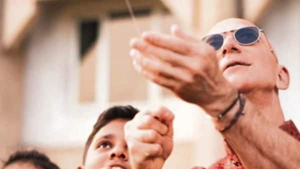 Jeff Bezos flying a kite with kids. (instagram@jeffbezos)