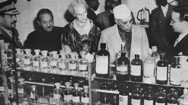 Jawaharlal Nehru at the Central Science Research Department (Photo: Hindustan Times)