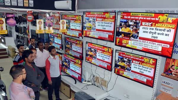 People watching a live telecast of Union Budget 2020-21 being presented by Union Finance Minister Nirmala Sitharaman, in Mirzapur. (ANI )