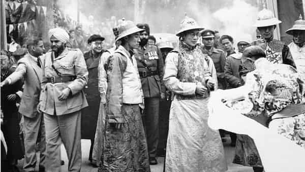 Being received by the Chögyal of Sikkim while the Panchen Lama, seen here to the left of the Dalai Lama, looks on. Gangtok, 1956. Photo courtesy: Office of his holiness The Dalai Lama