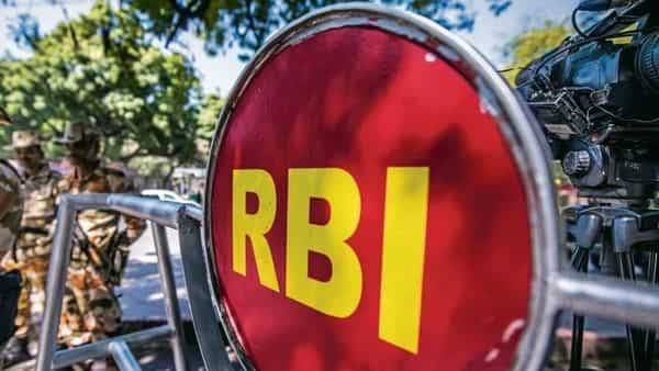 Following RBI's announcement, the yield on the 10-year benchmark bond softened to 6.213%, but closed at 6.296%, up 3 basis points from Tuesday's close.  (Photo: Pradeep Gaur/Mint)