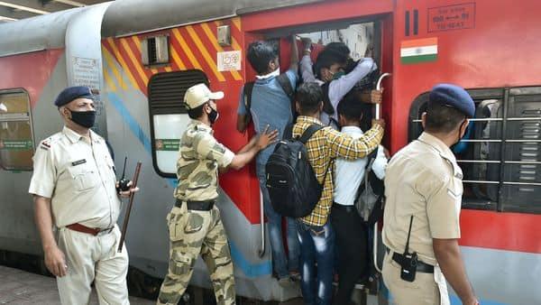 Passengers board a crowded train amid worldwide coronavirus scare in Thane (Photo: PTI)