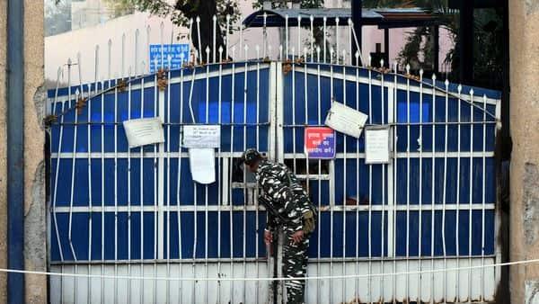As coronavirus cases rise, Indian jails begin releasing prisoners on bail