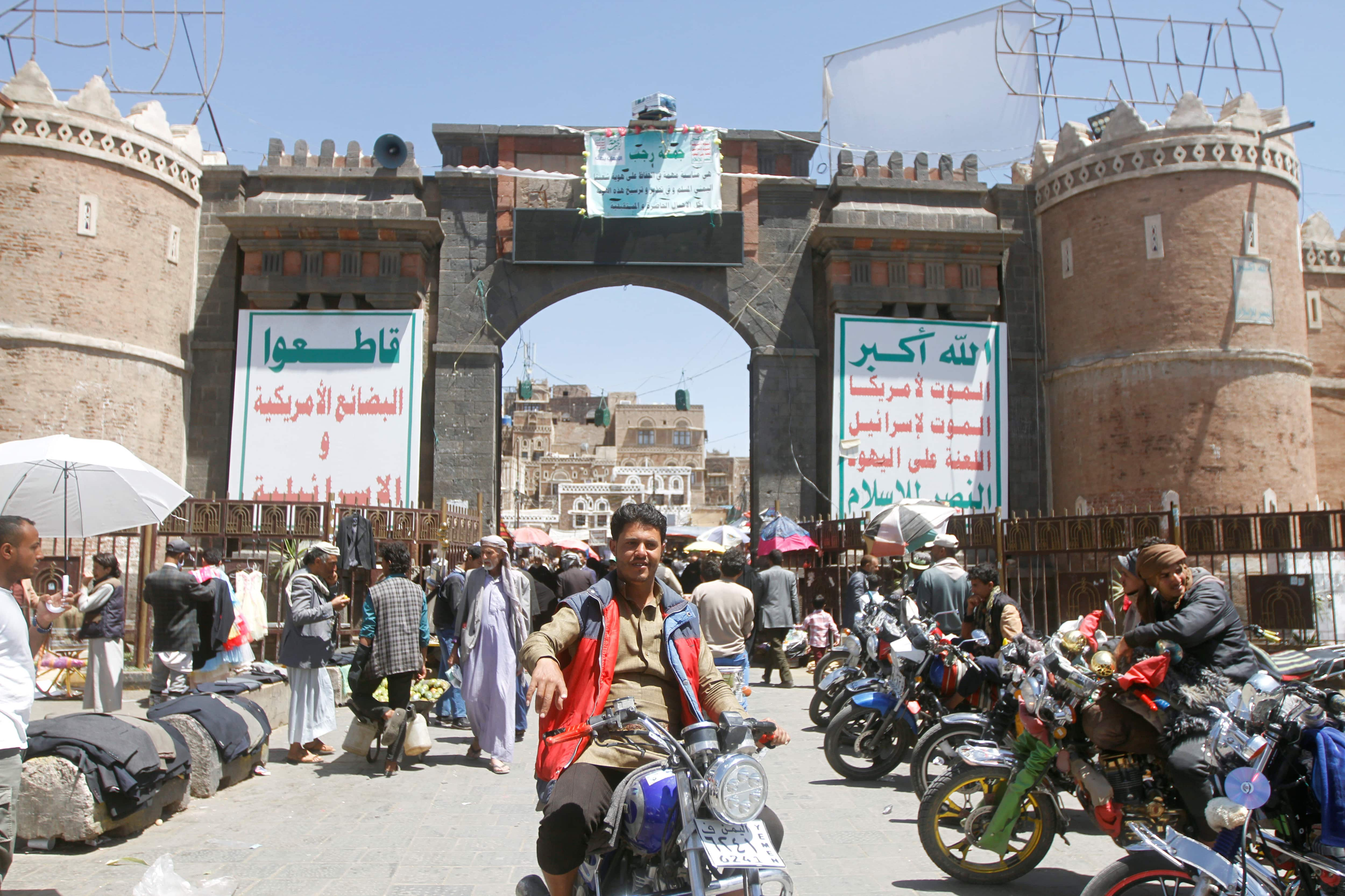 People shop at a market in the old quarter of Sanaa, Yemen (Photo: Reuters)