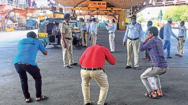 Mumbai police punish those found violating the curfew. (Photo: Getty Images)