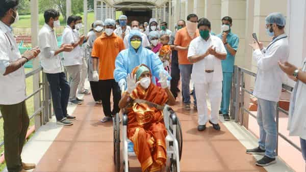 Karad: Medics applaud for the patients who got discharged after being recovered from COVID-19, at Krishna Hospital in Karad, Wednesday (PTI)