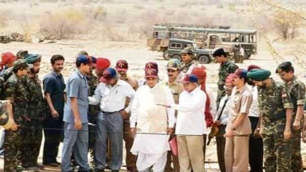 Atal Bihari Vajpayee (centre) in Pokhran after the nuclear tests in 1998. (Photo: HT)