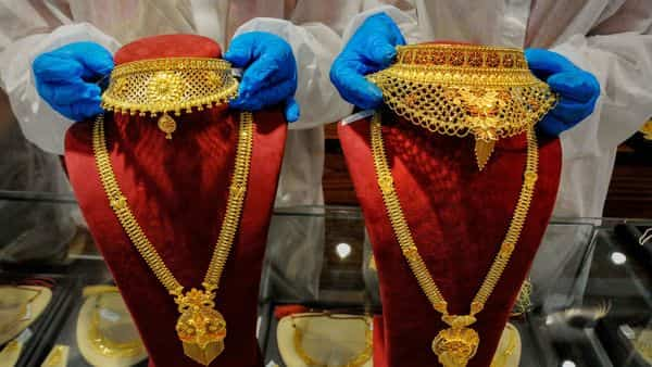 Gold rate today: Prices on MCX fall to  ₹48,171 per 10 gram
