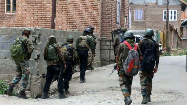 Police and security forces at the encounter site of Arrah area in Kulgam on Saturday. (ANI Photo)