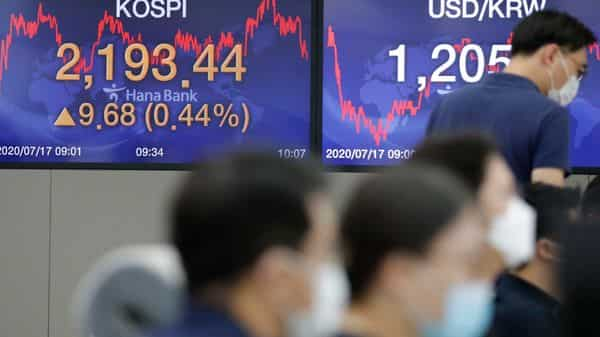 Currency traders wearing face masks (AP)