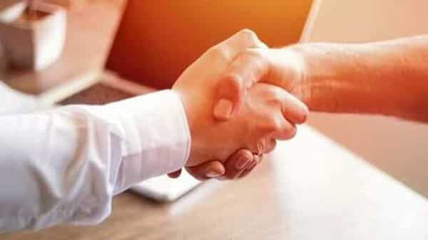 Handshakes with customer after contract signature (istockphoto)