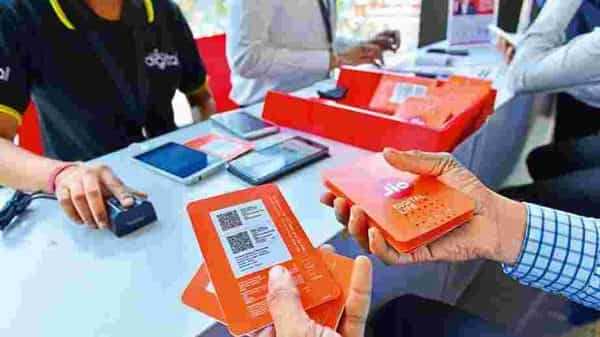 Jio's new  ₹399 base plan is priced similar to Vodafone Idea and is 20% cheaper than Airtel's existing entry level postpaid plan. (Mint)