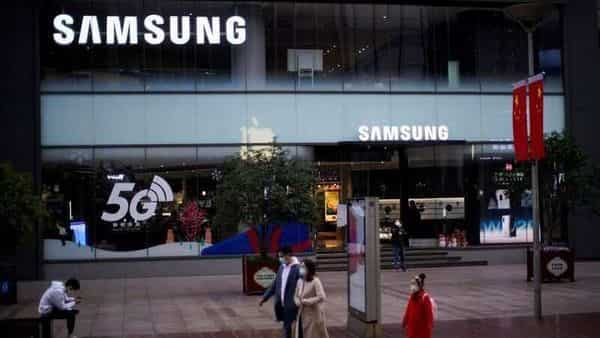 People wears masks in front a Samsung Store. (Photo: Reuters)