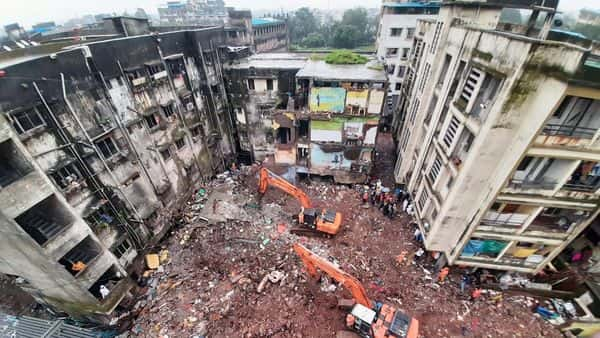 NDRF and TDRF searching for dead bodies while clearing the debris of the Bhiwandi building collapse site. (ANI)