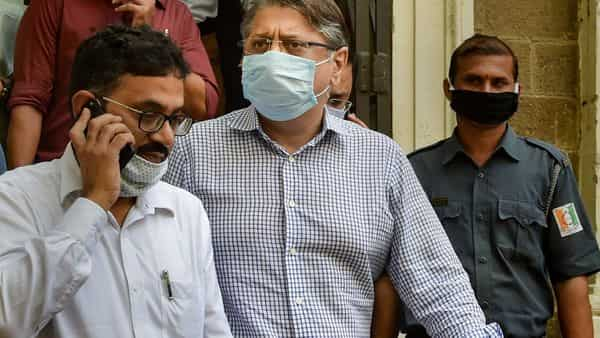 Deepak Kochhar being taken to a PMLA court by the Enforcement Directorate officials in connection with a money laundering case, in Mumbai. (PTI)