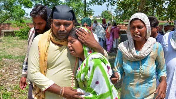 People mourning the deaths in hooch tragedy (PTI)