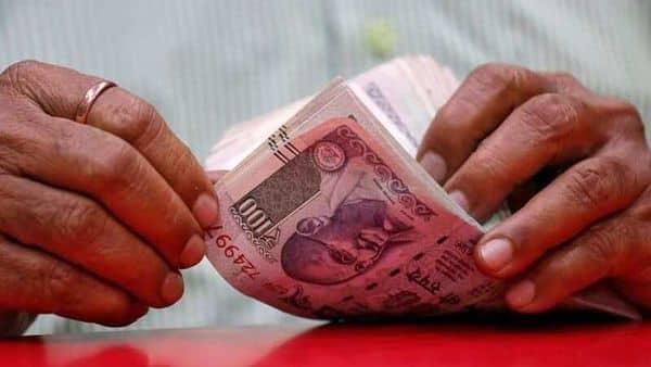 A man counts rupee notes inside a shop in Mumbai, August 13, 2018. REUTERS/Francis Mascarenhas/Files (REUTERS)
