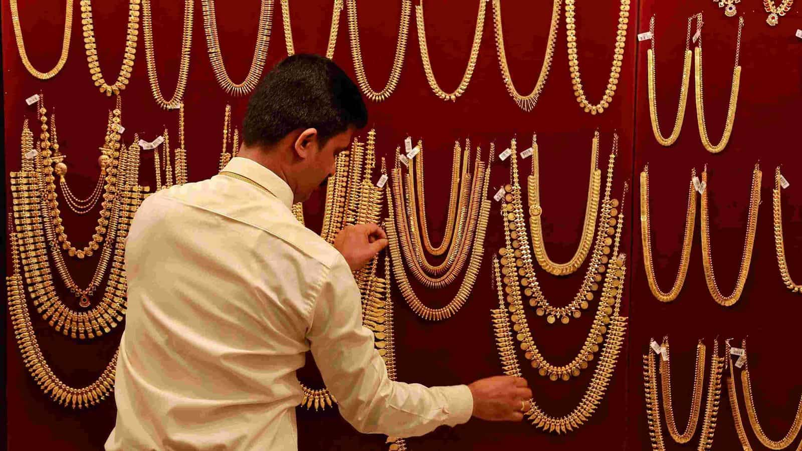 Gold Prices Today Fall 800 Per 10 Gram