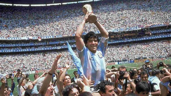 Diego Maradona holds up his team's trophy after Argentina's 3-2 victory over West Germany at the World Cup final soccer match at Atzeca Stadium in Mexico City. (File photo: AP)
