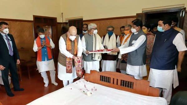 Home Minister Amit Shah pays floral tributes to Rabindranath Tagore, at Rabindra Bhawan in Shantiniketan on Sunday (ANI)