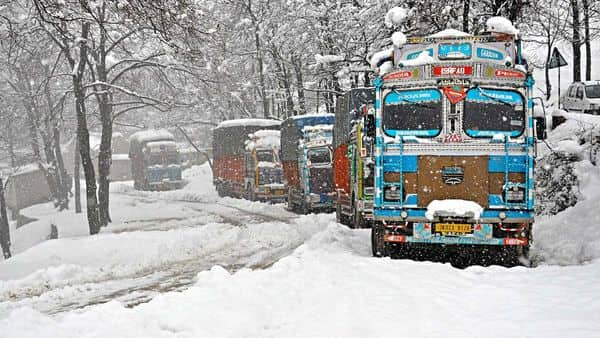 Trucks stranded at Srinagar-Jammu National highway during heavy snowfall, in Qazigund on Tuesday. (ANI)