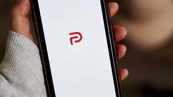 Apple suspends Parler from App Store for instigating Capitol riots (Bloomberg)
