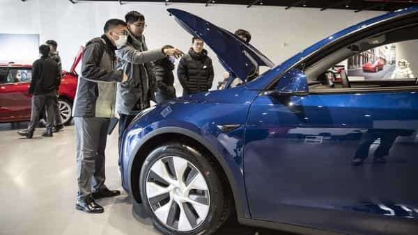 Customers look at a car in a showroom (Bloomberg)