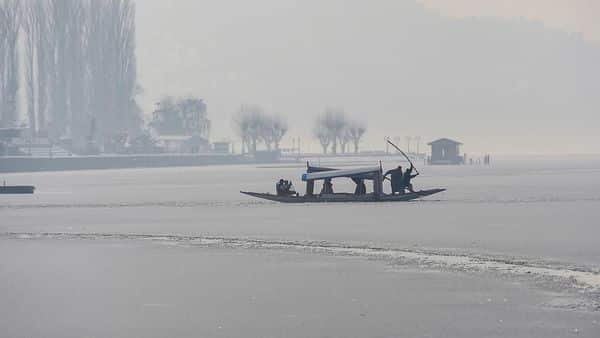 Cold wave gets severe in Kashmir, Dal Lake freezes (PTI)
