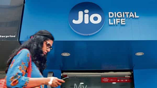 Jio has made an earnest money deposit of  ₹10,000 crore for the 2021 auction, while Bharti Airtel and Vodafone Idea Ltd's (VIL) deposits were  ₹3,000 crore and  ₹475 crore, respectively.
