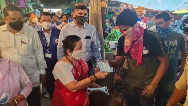 Mumbai Mayor Kishori Pednekar distributed masks in the Dadar vegetable market. (@KishoriPednekar)