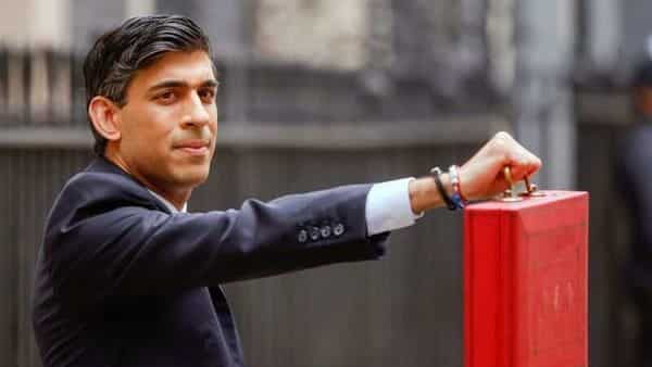 Britain's Chancellor of the Exchequer Rishi Sunak holds the budget box outside Downing Street in London, Britain, March 3, 2021. REUTERS/John Sibley (REUTERS)