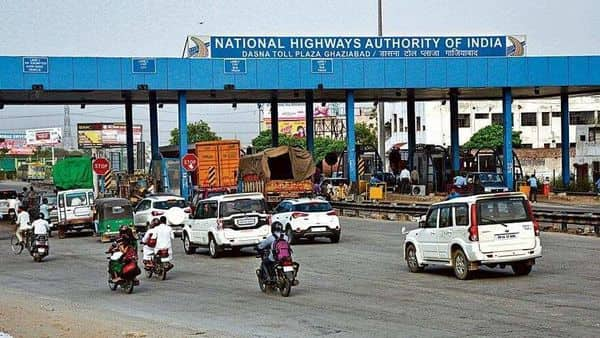 Govt said on Sunday that the deadline for rolling out FASTags for all vehicles plying through toll plazas will not be extended (HT)