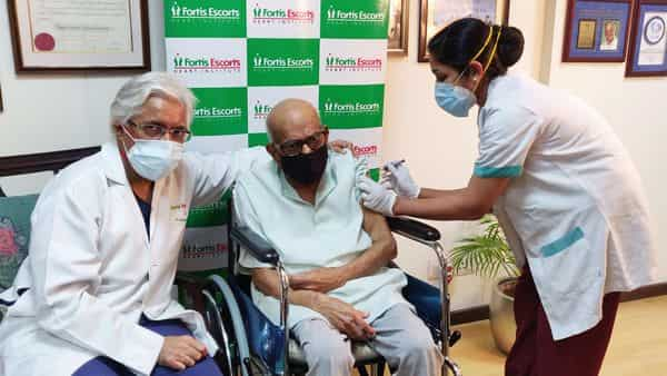 New Delhi: 107-year-old Kewal Krishan receives his first dose of COVID- 19 vaccine at a hospital in Delhi.  (PTI)